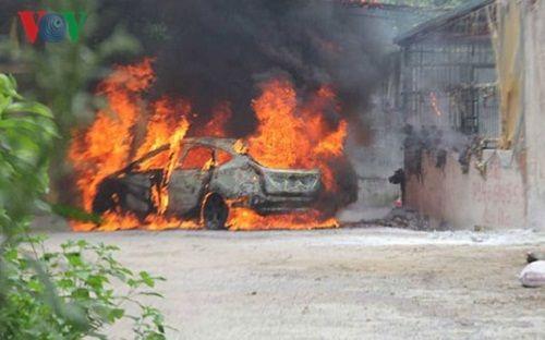 Thanh Hóa: Xế hộp bị thiêu rụi do lùi xe vào đống rác đang cháy - Ảnh 1