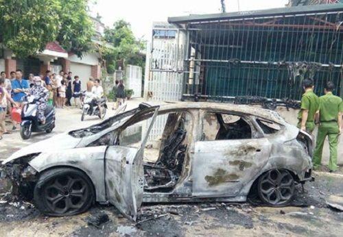 Thanh Hóa: Xế hộp bị thiêu rụi do lùi xe vào đống rác đang cháy - Ảnh 2