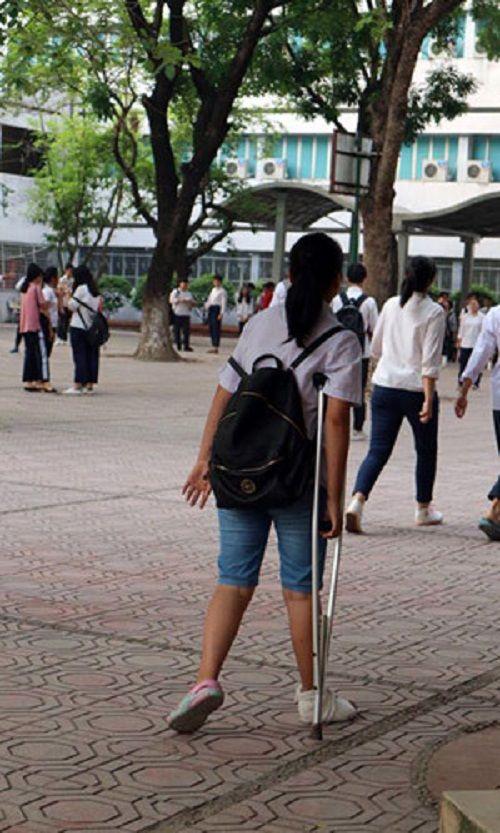 Hình ảnh ngày đầu thi lớp 10 tại Hà Nội: Nhiều thi sinh chạy hớt hải vì đi muộn - Ảnh 9