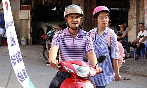 Hình ảnh ngày đầu thi lớp 10 tại Hà Nội: Nhiều thi sinh chạy hớt hải vì đi muộn - Ảnh 11
