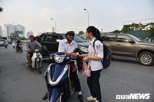 Hình ảnh ngày đầu thi lớp 10 tại Hà Nội: Nhiều thi sinh chạy hớt hải vì đi muộn - Ảnh 3