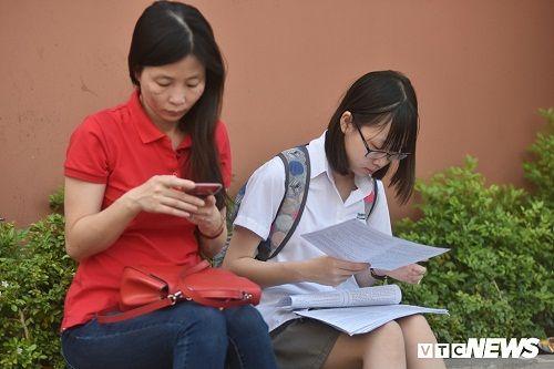 Hình ảnh ngày đầu thi lớp 10 tại Hà Nội: Nhiều thi sinh chạy hớt hải vì đi muộn - Ảnh 4