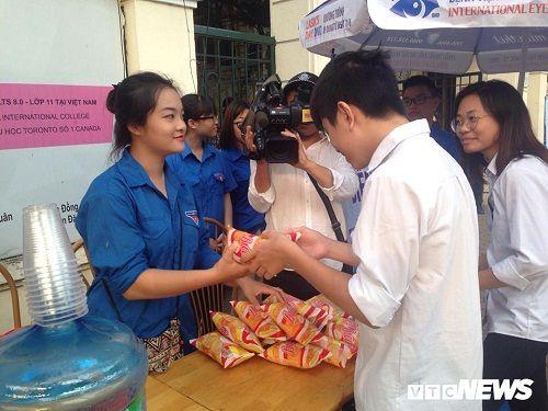 Hình ảnh ngày đầu thi lớp 10 tại Hà Nội: Nhiều thi sinh chạy hớt hải vì đi muộn - Ảnh 5