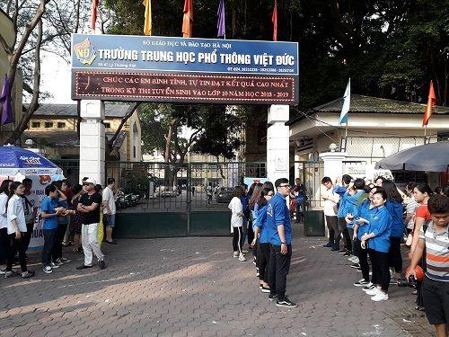 Hình ảnh ngày đầu thi lớp 10 tại Hà Nội: Nhiều thi sinh chạy hớt hải vì đi muộn - Ảnh 8