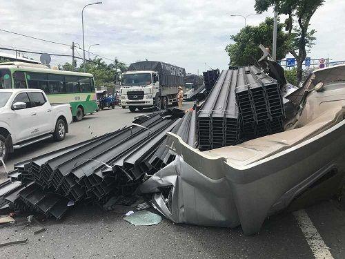 Cabin xe container bị hàng chục tấn thép đè bẹp sau cú phanh gấp - Ảnh 1
