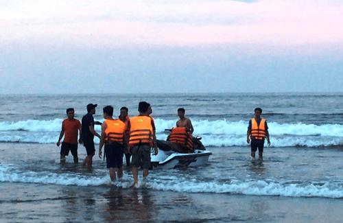 Vụ 4 du khách bị sóng đánh trôi ở Thanh Hóa: Vẫn chưa tìm được nạn nhân cuối cùng - Ảnh 1