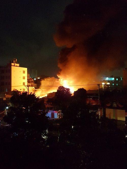 Kho vải tại TP.HCM chìm trong biển lửa sau trận bán kết World Cup - Ảnh 1