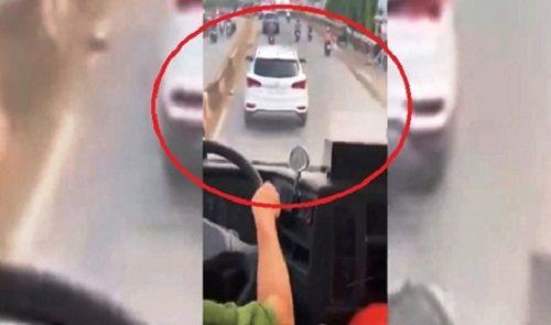 Tin tức thời sự 24h mới nhất ngày 14/7/2018: Cô gái nghi bị đánh ghen, đổ mắm tôm lên người ở Hà Nội - Ảnh 2