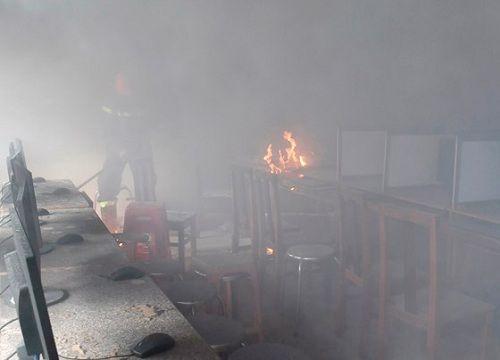 Cà Mau: Phòng tin học bất ngờ cháy lớn, thiêu rụi nhiều thiết bị điện tử - Ảnh 1