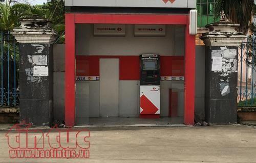 Truy tìm kẻ gian dùng xà beng phá nát cây ATM để trộm tiền - Ảnh 1