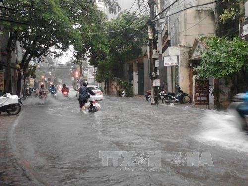 """Mưa lớn từ đêm đến sáng, Hà Nội chìm trong """"biển nước"""" - Ảnh 9"""