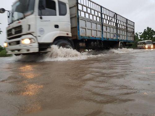 """Mưa lớn từ đêm đến sáng, Hà Nội chìm trong """"biển nước"""" - Ảnh 4"""