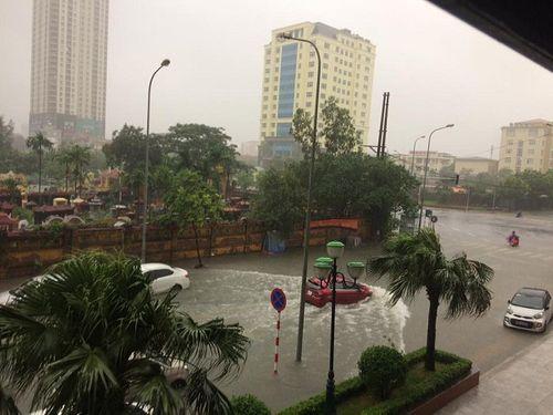 """Mưa lớn từ đêm đến sáng, Hà Nội chìm trong """"biển nước"""" - Ảnh 7"""
