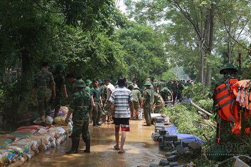 Hàng trăm chiến sĩ cùng người dân đắp đê ở Hòa Bình - Ảnh 11
