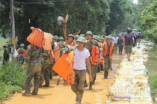 Hàng trăm chiến sĩ cùng người dân đắp đê ở Hòa Bình - Ảnh 6