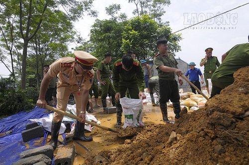Hàng trăm chiến sĩ cùng người dân đắp đê ở Hòa Bình - Ảnh 9