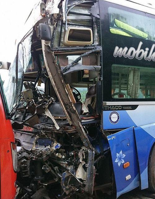 Tiếp tục xảy ra tai nạn ở Quảng Nam, hai xe khách bị đâm biến dạng - Ảnh 2
