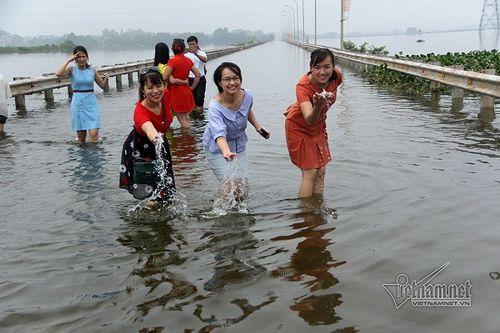 """Quốc Oai: Tuyến đường ngập úng thành địa điểm 'sống ảo"""" của các chị em - Ảnh 10"""