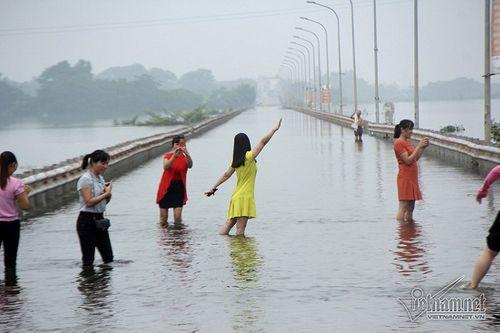 """Quốc Oai: Tuyến đường ngập úng thành địa điểm 'sống ảo"""" của các chị em - Ảnh 11"""
