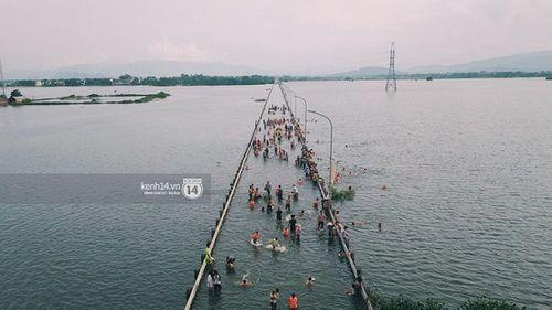 """Quốc Oai: Tuyến đường ngập úng thành địa điểm 'sống ảo"""" của các chị em - Ảnh 3"""