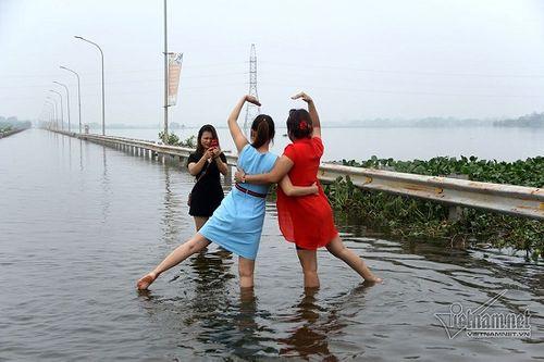 """Quốc Oai: Tuyến đường ngập úng thành địa điểm 'sống ảo"""" của các chị em - Ảnh 9"""