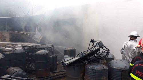Hiện trường vụ hỏa hoạn kinh hoàng tại xưởng sơn Hà Nội - Ảnh 4