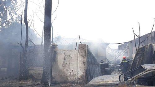 Hiện trường vụ hỏa hoạn kinh hoàng tại xưởng sơn Hà Nội - Ảnh 7