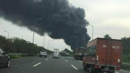 Hiện trường vụ hỏa hoạn kinh hoàng tại xưởng sơn Hà Nội - Ảnh 1