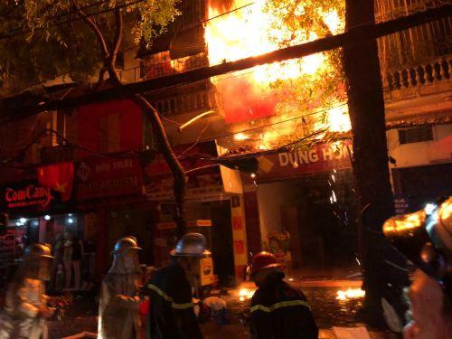 Vụ cháy ở Đê La Thành: Xúc động hình ảnh lính cứu hỏa ăn vội gói xôi lúc nửa đêm - Ảnh 8