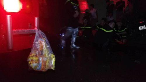 Vụ cháy ở Đê La Thành: Xúc động hình ảnh lính cứu hỏa ăn vội gói xôi lúc nửa đêm - Ảnh 1