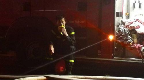 Vụ cháy ở Đê La Thành: Xúc động hình ảnh lính cứu hỏa ăn vội gói xôi lúc nửa đêm - Ảnh 2