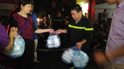Vụ cháy ở Đê La Thành: Xúc động hình ảnh lính cứu hỏa ăn vội gói xôi lúc nửa đêm - Ảnh 3