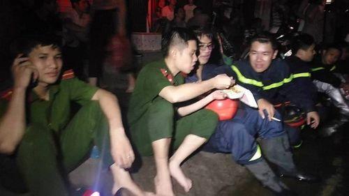 Vụ cháy ở Đê La Thành: Xúc động hình ảnh lính cứu hỏa ăn vội gói xôi lúc nửa đêm - Ảnh 4
