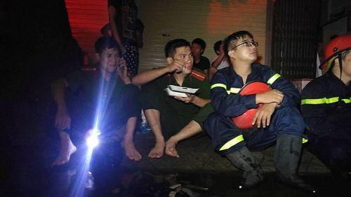 Vụ cháy ở Đê La Thành: Xúc động hình ảnh lính cứu hỏa ăn vội gói xôi lúc nửa đêm - Ảnh 5