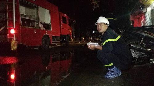 Vụ cháy ở Đê La Thành: Xúc động hình ảnh lính cứu hỏa ăn vội gói xôi lúc nửa đêm - Ảnh 6