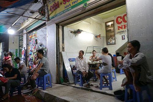 Vụ cháy ở Đê La Thành: Xót xa cảnh người dân nằm ngủ dưới nền đất lạnh  - Ảnh 2