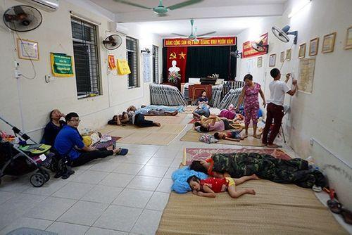 Vụ cháy ở Đê La Thành: Xót xa cảnh người dân nằm ngủ dưới nền đất lạnh  - Ảnh 5