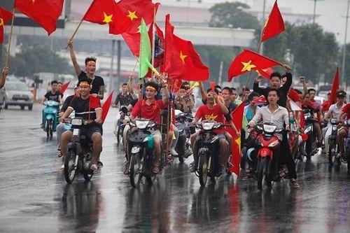 Hàng ngàn cổ động viên nhuộm đỏ sân bay Nội bài chờ đón Olympic Việt Nam - Ảnh 1