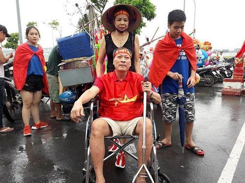 Hàng ngàn cổ động viên nhuộm đỏ sân bay Nội bài chờ đón Olympic Việt Nam - Ảnh 10