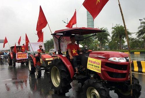 Hàng ngàn cổ động viên nhuộm đỏ sân bay Nội bài chờ đón Olympic Việt Nam - Ảnh 11