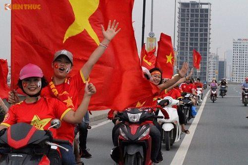 Hàng ngàn cổ động viên nhuộm đỏ sân bay Nội bài chờ đón Olympic Việt Nam - Ảnh 12