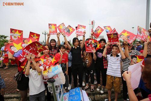 Hàng ngàn cổ động viên nhuộm đỏ sân bay Nội bài chờ đón Olympic Việt Nam - Ảnh 13