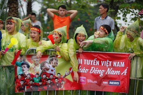 Hàng ngàn cổ động viên nhuộm đỏ sân bay Nội bài chờ đón Olympic Việt Nam - Ảnh 2