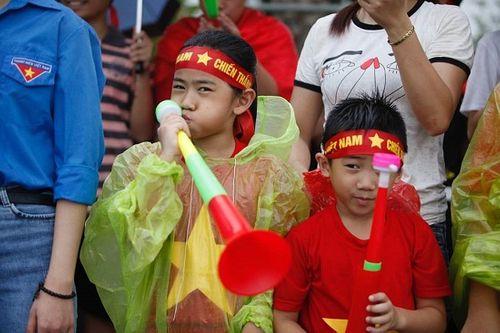 Hàng ngàn cổ động viên nhuộm đỏ sân bay Nội bài chờ đón Olympic Việt Nam - Ảnh 3