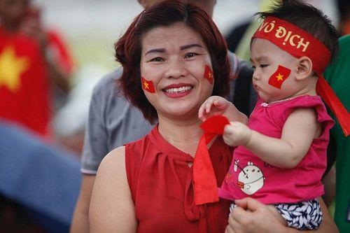 Hàng ngàn cổ động viên nhuộm đỏ sân bay Nội bài chờ đón Olympic Việt Nam - Ảnh 4
