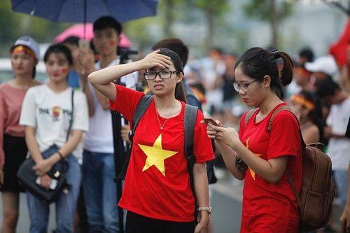 Hàng ngàn cổ động viên nhuộm đỏ sân bay Nội bài chờ đón Olympic Việt Nam - Ảnh 5