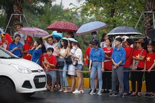Hàng ngàn cổ động viên nhuộm đỏ sân bay Nội bài chờ đón Olympic Việt Nam - Ảnh 6