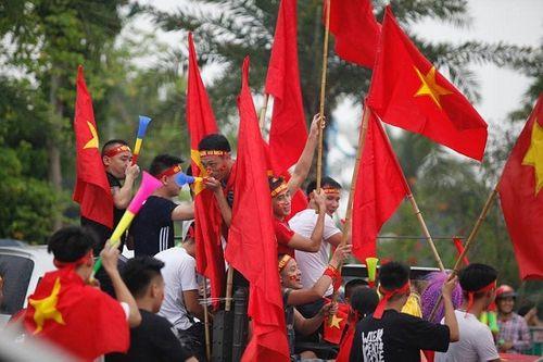 Hàng ngàn cổ động viên nhuộm đỏ sân bay Nội bài chờ đón Olympic Việt Nam - Ảnh 7