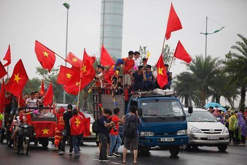 Hàng ngàn cổ động viên nhuộm đỏ sân bay Nội bài chờ đón Olympic Việt Nam - Ảnh 8