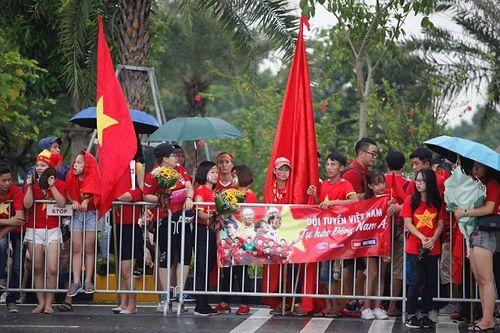Hàng ngàn cổ động viên nhuộm đỏ sân bay Nội bài chờ đón Olympic Việt Nam - Ảnh 9
